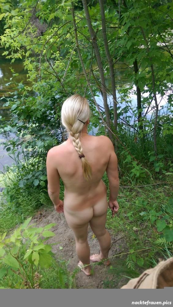 Oma Nackt Im Wald