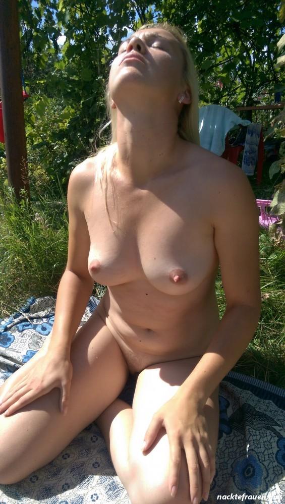 Bilder frauen garten nackt im Frau Pinkelt