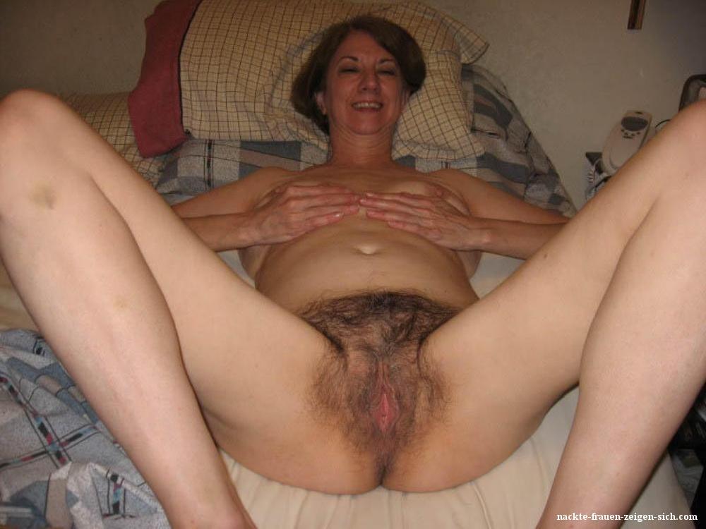 Frauen haarige nackte Haarige Mösen