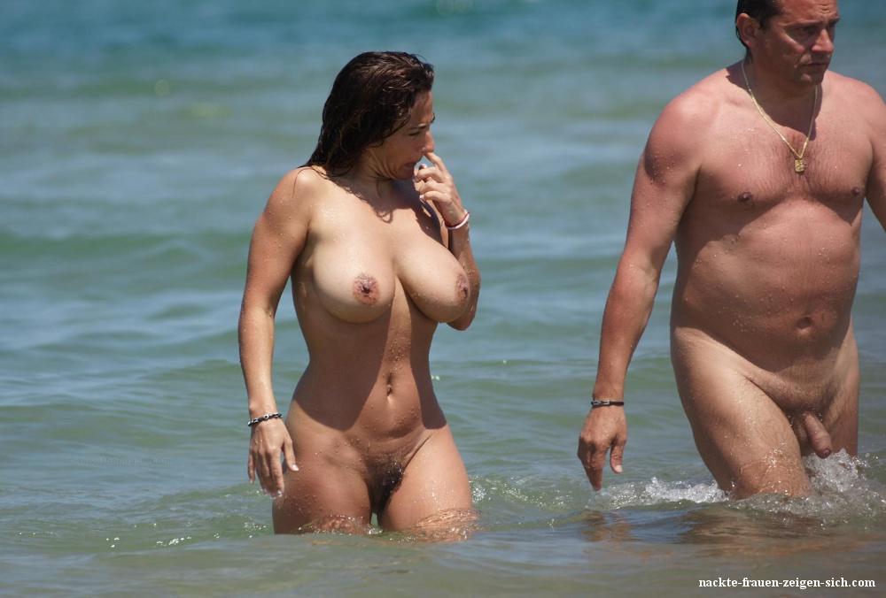 Nackt frau brüsten mit 3 Schöne Frau
