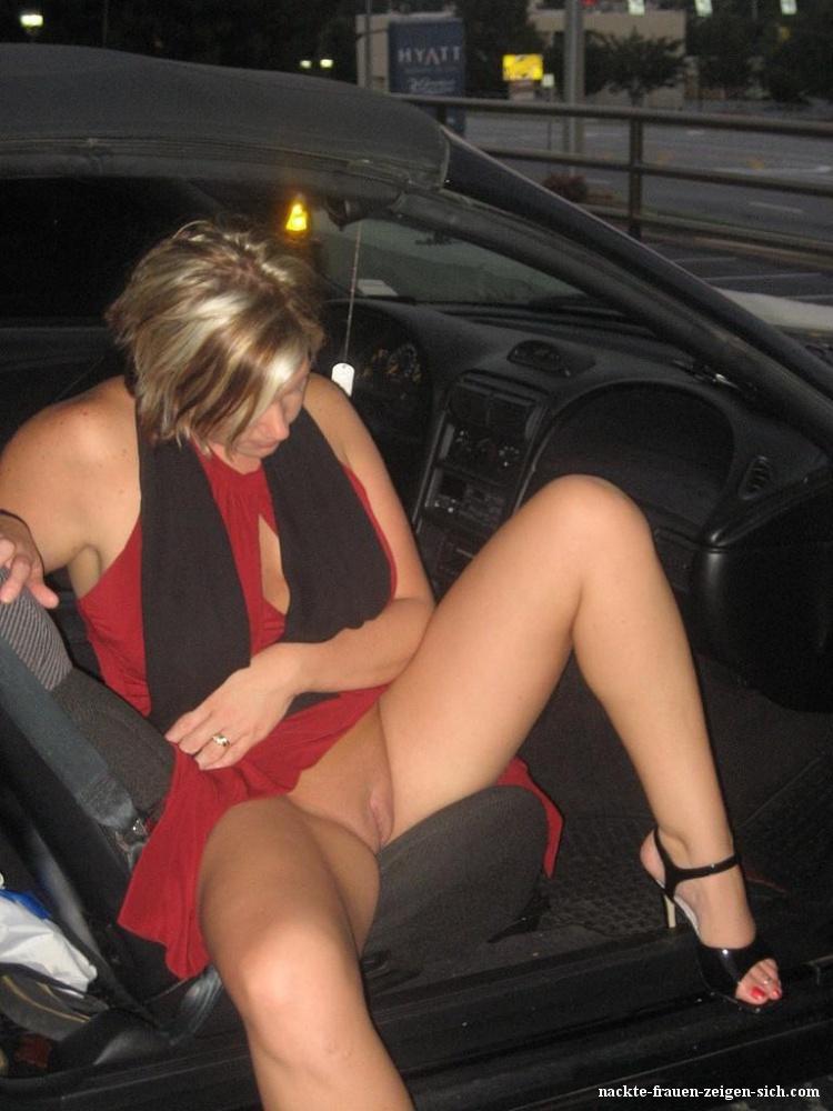 Nackte Frau Im Auto