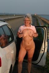 Nackt auf parkplatz frauen Deutsche Frau