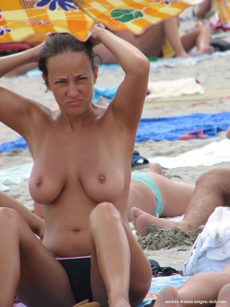 Nackte frauen zeigen ihre brüste